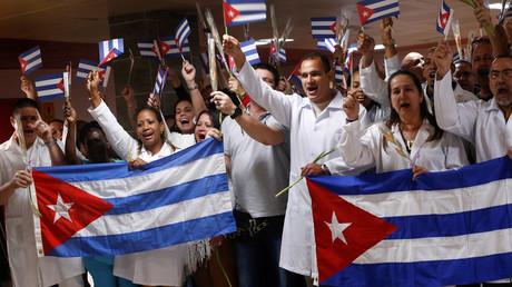 Des médecins cubains revenant de Bolivie participent à une cérémonie de bienvenue à l'aéroport international Jose Marti de La Havane, à Cuba, le 16 novembre 2019.