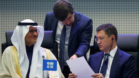 Alexander Novak, ministre russe de l'énergie, et son homologue saoudien Abdelaziz bin Salman Al-Saoud, lors du sommet de l'OPEP du 6 décembre