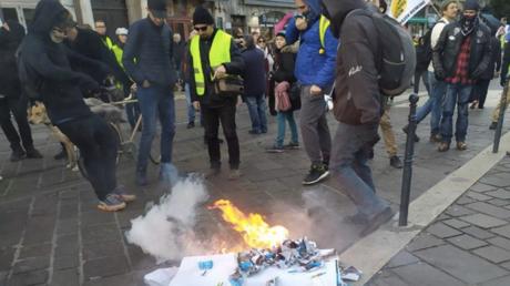 Un stand de LREM saccagé par des manifestants à Grenoble