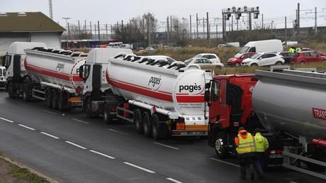 Des Gilets jaunes bloquent une route lors d'une manifestation le 19 novembre 2018, près du dépôt pétrolier de Frontignan, dans le sud de la France (image d'illustration).