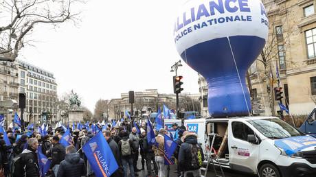 Les syndicats majoritaires de police nationale sont réunis devant le CESE à Paris.