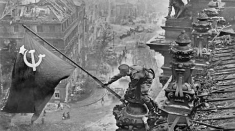 La bannière de la Victoire flottant sur le Reichstag
