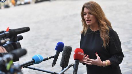 La secrétaire d'Etat à l'égalité entre les femmes et les hommes, Marlene Schiappa, s'adresse à la presse après une réunion sur la violence conjugales à l'hôtel Matignon à Paris le 25 novembre 2019.