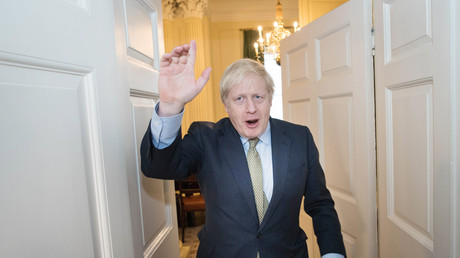Le Premier ministre conservateur Boris Johnson salue son équipe de campagne à son arrivé au 10 Downing street à Londres, le 13 décembre 2019.