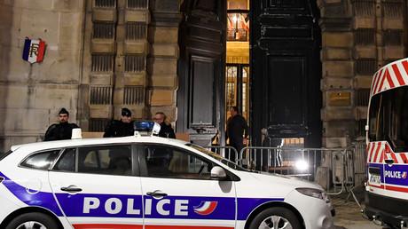 Des voitures de police devant l'entrée du ministère du porte-parole du gouvernement, après avoir été forcée par des Gilets jaunes le 5 janvier 2019, à Paris (image d'illustration).