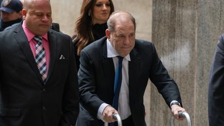 Le producteur de cinéma, Harvey Weinstein, arrivant au tribunal pour l'audience concernant sa caution, le 11 décembre 2019 à New York.