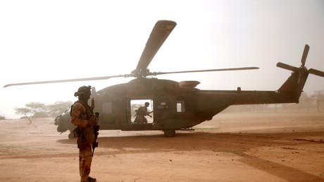 Des soldats français et un hélicoptère NH-90 Caïman au Mali, en juillet 2019
