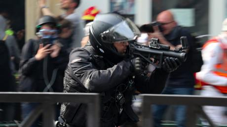 Un policier armé d'un LBD 40, à Paris, le 1er mai 2019 (image d'illustration).