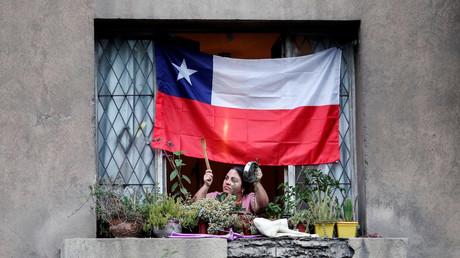 Une femme frappe sur une casserole à sa fenêtre lors d'une manifestation contre le gouvernement à Santiago, au Chili, le 19 décembre 2019 (image d'illustration).