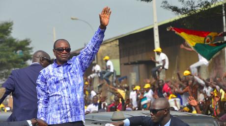 Le président guinéen Alpha Condé salue ses partisans réunis à Conakry, le 31 octobre 2019 (image d'illustration).