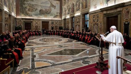 Le pape François prend la parole lors des salutations traditionnelles à la Curie romaine dans la salle des Clémentines du palais apostolique, au Vatican, le 21 décembre 2019.