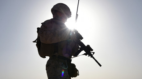 Un soldat de la Marine américaine regarde des commandos afghans participer à un exercice d'entraînement au combat au camp militaire de Shorab à Lashkar Gah, dans la province afghane de Helmand, le 27 août 2017 (Image d'illustration).