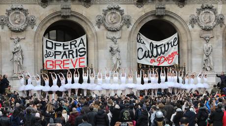 Les danseuses ont offert un spectacle magnifique et gratuit pour les Parisiens le 24 décembre, devant l'Opéra de Paris.