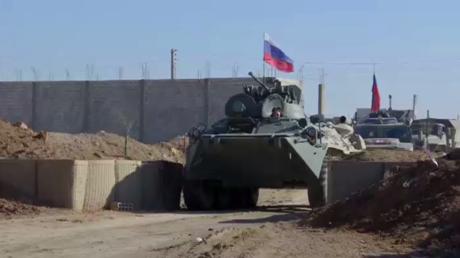 Syrie : la police militaire russe sécurise un avant-poste abandonné par l'armée américaine (VIDEO)