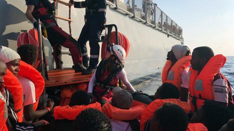Des migrants,  secourus en pleine mer par des membres des ONG MSF et SOS Méditerranée, attendent de prendre place dans un navire maltais, le 23 août 2019 (image d'illustration).