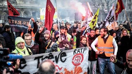 Des manifestants rejoignent une action de cheminots et d'employés de la RATP près de la gare de l'Est à Paris, le 26 décembre 2019, dans le cadre de la grève interprofessionnelle nationale contre le projet de réforme des retraites du gouvernement français.