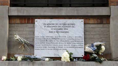 Des fleurs sont posées devant une plaque commémorative près du bar La Belle Equipe à Paris, lors d'une cérémonie commémorant le troisième anniversaire des attentats du 13 novembre 2015 qui ont fait 130 morts et des centaines de blessés à Paris et à Saint-Denis (image d'illustration).