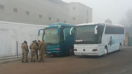 A Bakhmout en Ukraine, deux autocars en provenance des territoires séparatistes du Donbass, le 29 décembre 2019.