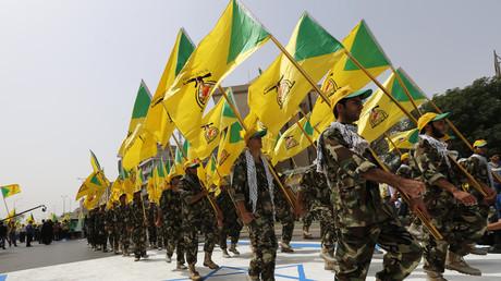 Membres du Kataëb Hezbollah piétinant un drapeau israélien lors d'une manifestation à Bagdad, en 2014. (Image d'illustration).