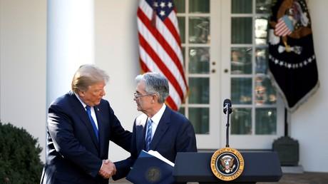 Le président américain Donald Trump serre la main de Jerome Powell, son candidat pour la présidence de la Réserve fédérale américaine à la Maison Blanche à Washington le 2 novembre 2017 (illustration).