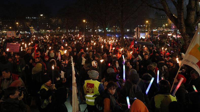 Contre la réforme des retraites, des marches aux flambeaux dans toute la France