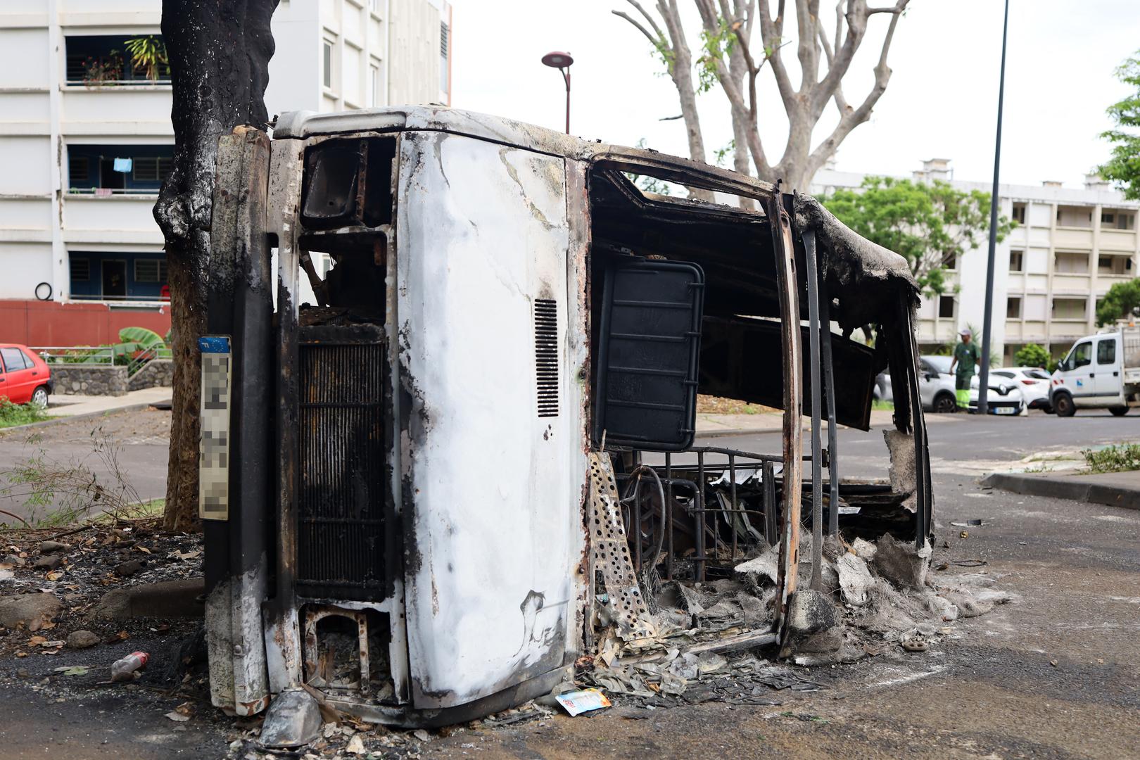 La Réunion : tensions après la mort d'un motard dans une collision avec la police (IMAGES)