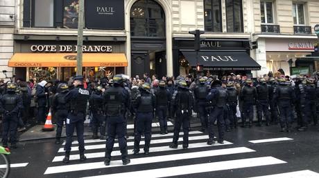 Syndicats, Gilets jaunes... Action coup de poing d'opposants à la réforme des retraites à Paris