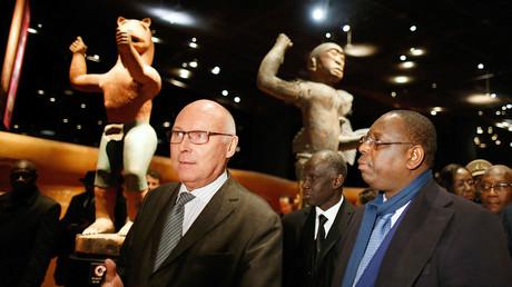 Le président du Musée du quai Branly, Stéphane Martin, escorte le président sénégalais Macky Sall lors d'une visite au Quai Branly à Paris dans le cadre de sa visite d'Etat en France, le 19 décembre 2016. (image d'illustration)