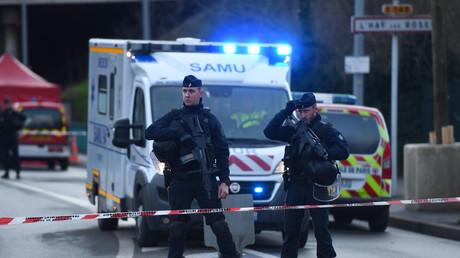 Des policiers se tiennent devant une ambulance à Villejuif (94), le 3 janvier.