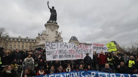 Des manifestants contre la réforme des retraites, le 4 janvier 2020, sur la place de la République, à Paris (image d'illustration).