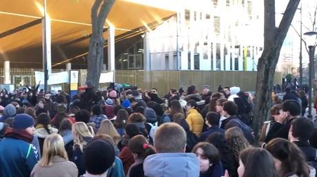 Des étudiants devant l'université de la Sorbonne, lors d'un blocage de l'établissement le 6 janvier 2020.