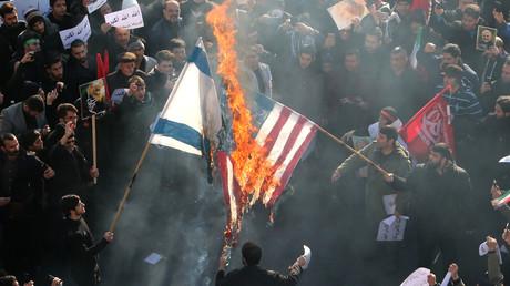 Des Iraniens brûlent des drapeaux américain et israélien lors des funérailles du général Qassem Soleimani, chef de la force al-Qods, à Téhéran, le 6 janvier 2020.