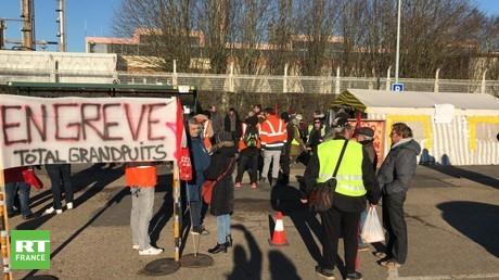 Jean-Luc Mélenchon et Olivier Besancenot à la rencontre des manifestants de Grandpuits