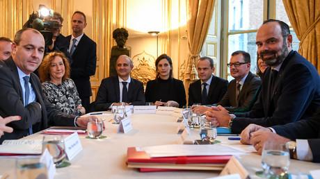 Le secrétaire général du syndicat de la Confédération française démocratique du travail (CFDT) Laurent Berger (G) et le Premier ministre français Edouard Philippe (D) posent avant une réunion à l'hôtel de Matignon à Paris, le 25 novembre 2019 (image d'illustration).