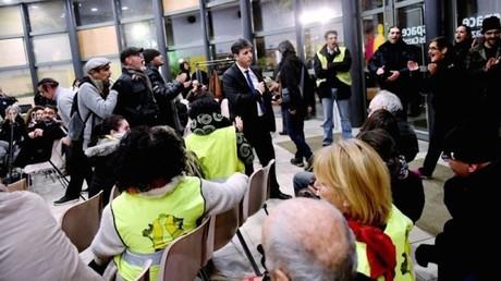 Des manifestants perturbent les vœux du candidat LREM à Alès (VIDEO)