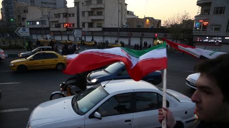 Des personnes célèbrent la riposte iranienne dans les rues de Téhéran, le 8 janvier 2020.