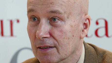 L'écrivain Gabriel Matzneff, auteur français de famille russe, pose, le 22 mars 2002 à la porte de Versailles à Paris, au premier jour du 22e Salon du Livre (image d'illustration).