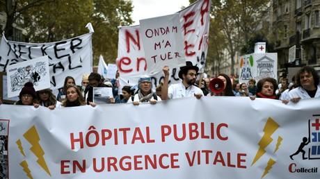 Des individus manifestent le 14 novembre 2019 à Paris dans le cadre d'une journée nationale de protestation appelant à un «plan d'urgence pour les hôpitaux publics» (image d'illustration).