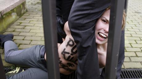 Une Femen protestant contre la visite de Vladimir Poutine à Bruxelles en 2014, arrêtée devant le bâtiment du Conseil de l'UE (image d'illustration).