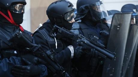 Un policier armée d'un LBD, le 10 décembre 2019, à Paris (image d'illustration).
