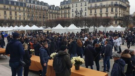 Des citoyens se sont rassemblés à Levallois-Perret (92) pour une marche blanche en hommage à Cédric Chouviat.