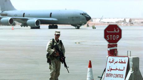 Un militaire tient la garde devant la base aérienne militaire Prince Sultan, en Arabie saoudite, le 4 septembre 1996 (image d'illustration).