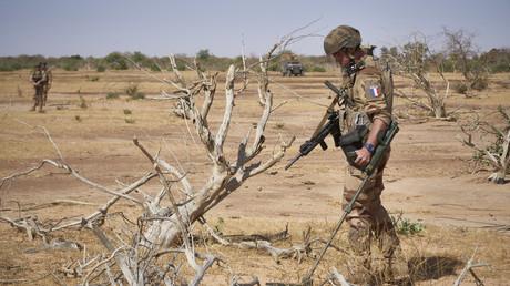 Un soldat français recherche la présence d'engins explosifs improvisés dans le cadre de l'opération Barkhane dans le nord du Burkina Faso, le 12 novembre 2019 (image d'illustration).