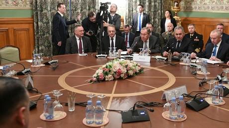 Les ministres russes des Affaires étrangères et de la Défense, lors de pourparlers sur la Libye avec leurs homologues turcs, à Moscou le 13 janvier.