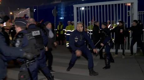 Blocage d'une déchetterie à Ivry-sur-Seine le matin du 14 janvier.