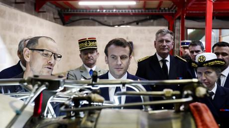 Emmanuel Macron s'entretient avec un employé d'Héli-Union, une société de services de transport et de maintenance d'hélicoptères à la base aérienne de Sauvagnon, près de Pau, le 14 janvier 2020 (image d'illustration).