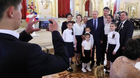 1er juin 2018 : Le président russe Vladimir Poutine pose avec des membres d'une famille nombreuse Nesmiyanov (9 enfants) venue au Kremlin à la cérémonie «Gloire parentale».