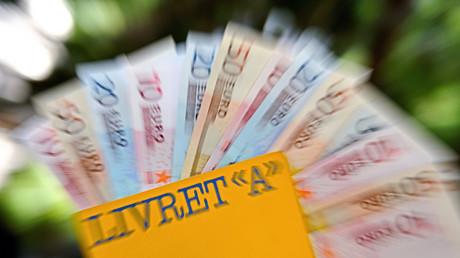 Livret A de la Poste et coupures en euros (illustration).