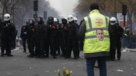 Un Gilet jaune face à la brigade de répression de l'action violente, le 5 décembre 2019 à Paris (image d'illustration).