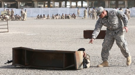 Un instructeur militaire américain avec un soldat irakien, le 7 janvier 2015, sur la base de Taji, en Irak (image d'illustration).